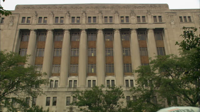 stockvideo's en b-roll-footage met columns adorn the exterior of the cook county criminal courthouse in chicago. - gerechtsgebouw