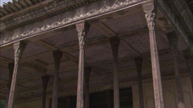 vídeos de stock, filmes e b-roll de cu pan columns and ceiling of chehel sotoun pavilion, isfahan, iran - palace