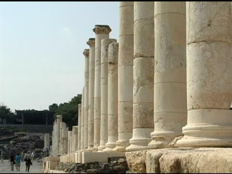 romane colonne e i pilastri lungo la strada - nuovo testamento video stock e b–roll