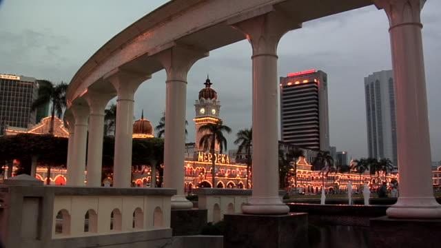 ws columns at northern part of dataran merdeka square and sultan abdul samad building at evening / kuala lumpur, malaysia - sultan abdul samad gebäude stock-videos und b-roll-filmmaterial