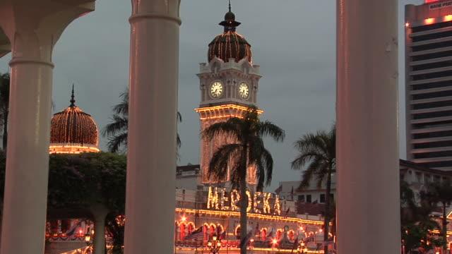 vídeos y material grabado en eventos de stock de ws zo columns at northern part of dataran merdeka square and sultan abdul samad building at evening / kuala lumpur, malaysia - edificio del sultán abdul samad
