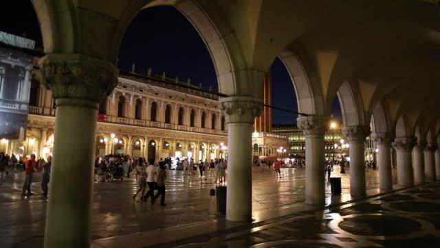 vidéos et rushes de ws columns of doge's palace in piazza san marco / venice, italy - venise
