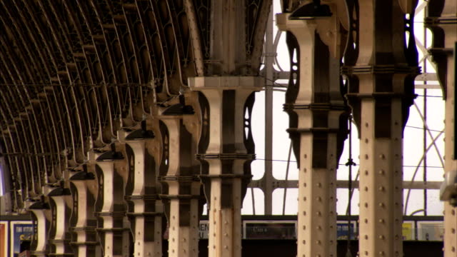 columns support the ceiling at london paddington railway station. available in hd. - paddington railway station stock videos & royalty-free footage