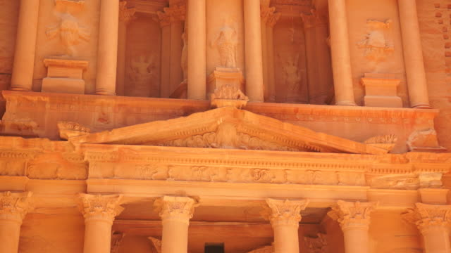 columns support the pediments of the treasury at petra. - frontgiebel stock-videos und b-roll-filmmaterial