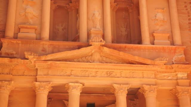 vídeos y material grabado en eventos de stock de columns support the pediments of the treasury at petra. - frontón característica arquitectónica