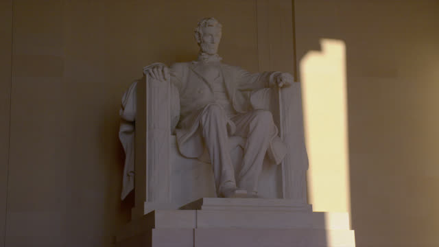 columns surround a statue of abraham lincoln at lincoln memorial in washington, d.c. - lincolndenkmal stock-videos und b-roll-filmmaterial