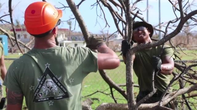 vídeos y material grabado en eventos de stock de combat engineers with combat logistics battalion 31 chainsaw a fallen tree during relief efforts in the wake of super typhoon yutu tinian... - tinian