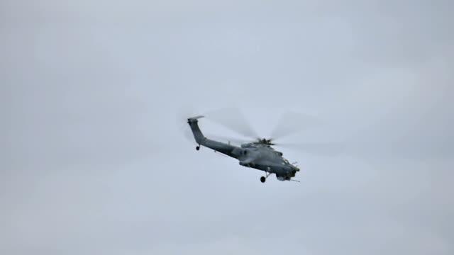 Kampfhubschrauber fliegen in den Himmel