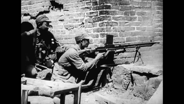 combat scenes of chinese on withdrawing japanese army after its retreating from changsha city - 日本の軍事力点の映像素材/bロール