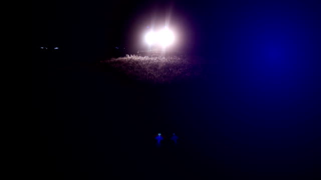 コンバインハーベ スターの夜 - コンバイン点の映像素材/bロール