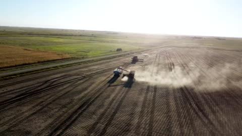 vídeos de stock, filmes e b-roll de colheitadeira de descarga no trailer em dia ensolarado - dakota do sul