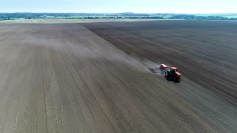vídeos y material grabado en eventos de stock de combinar el campo arado de la máquina - arar