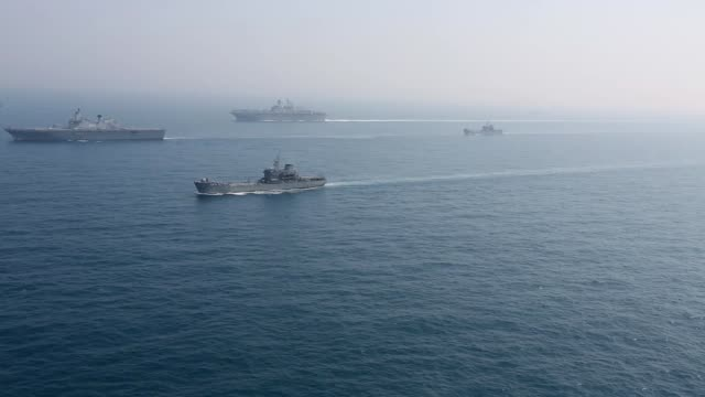combined naval forces from the united states navy expeditionary strike group 7 and republic of korea navy sail in formation during exersise ssang... - nave da guerra video stock e b–roll