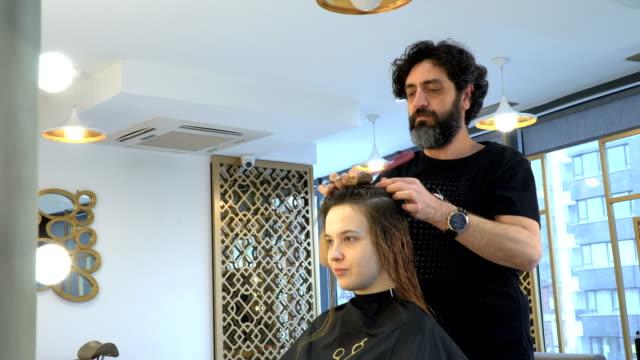 vídeos y material grabado en eventos de stock de peinando y cortando el cabello - salón de belleza