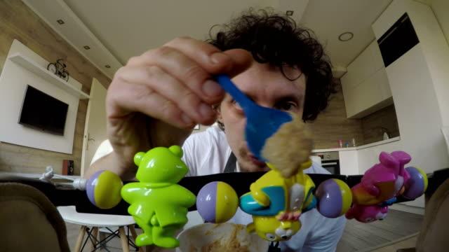 vídeos de stock, filmes e b-roll de vamos bebê, coma! veja como esse mingau é delicioso! - engraçado ficar em casa pai - alimentando