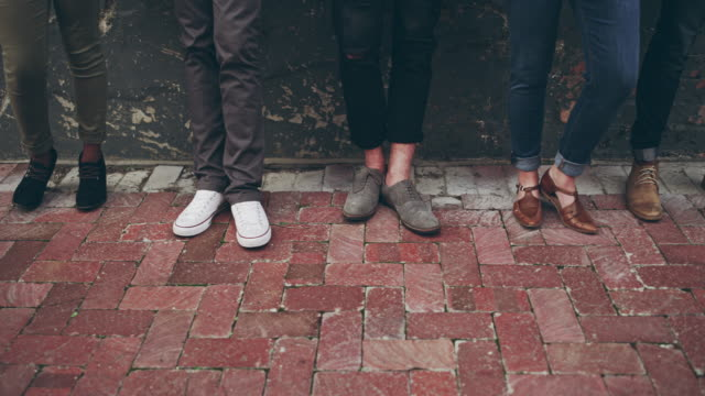創造的な靴で散歩に来る - アノニマス点の映像素材/bロール