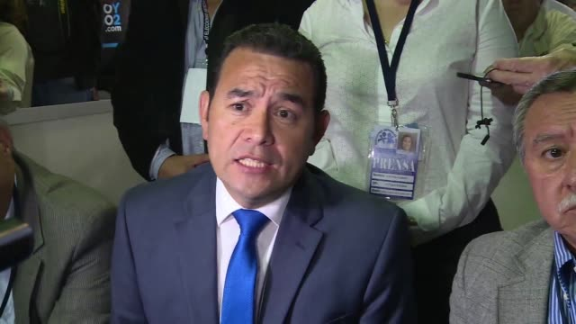 comedian and political novice jimmy morales leads the count in guatemala's presidential election, after a tumultuous campaign upended by the... - politica e governo video stock e b–roll