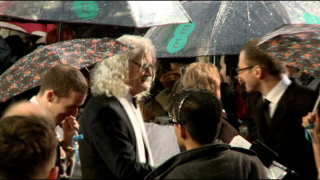 vídeos de stock e filmes b-roll de comedian billy connolly has cancer surgery and is diagnosed with parkinson's disease lib / 1022013 connolly on red carpet at bafta awards 2013 - billy connolly