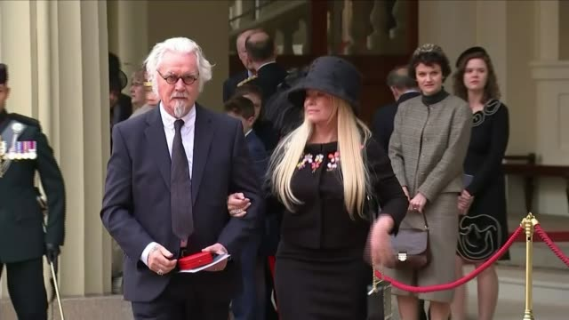 vidéos et rushes de comedian billy connolly receives knighthood england london buckingham palace ext comedian billy connolly and wife pamela stephenson along from palace... - billy connolly