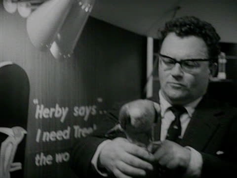 vidéos et rushes de comedian harry secombe jokes around with a parrot on his shoulder at the boys and girls exhibition at olympia. - harry secombe