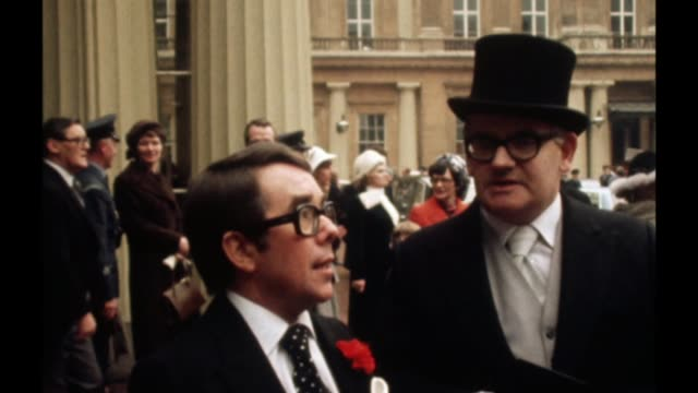 vidéos et rushes de comedian ronnie corbett dies aged 85 vs070278001 / london buckingham palace ext ronnie corbett and ronnie barker after investiture ceremony for obe's... - ronnie barker