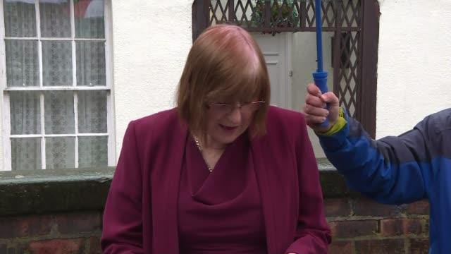vidéos et rushes de comedian sir ken dodd dies aged 90 england liverpool ext lady anne dodd along / press statement sot - ken dodd