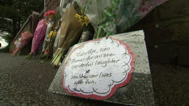 vidéos et rushes de comedian sir ken dodd dies aged 90 liverpool ext close shot message at makeshift memorial - ken dodd
