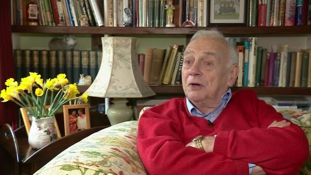 vidéos et rushes de comedian sir ken dodd dies aged 90 location unknown roy hudd interview sot - ken dodd