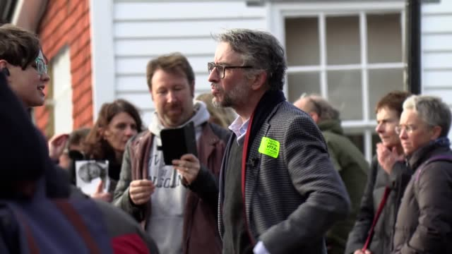 stockvideo's en b-roll-footage met comedian steve coogan campaigns for the liberal democrats in lewes east sussex with lib dem candidate oliver henman he urged locals to vote... - steve coogan