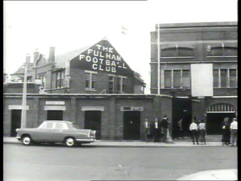comedian tommy trinder dead; tx 9.8.64 itn b/w fulham fc exterior of club tx 7.5.59 itn b/w ? cms trinder greeted by mayor of fulham at civic... - b rolle stock-videos und b-roll-filmmaterial