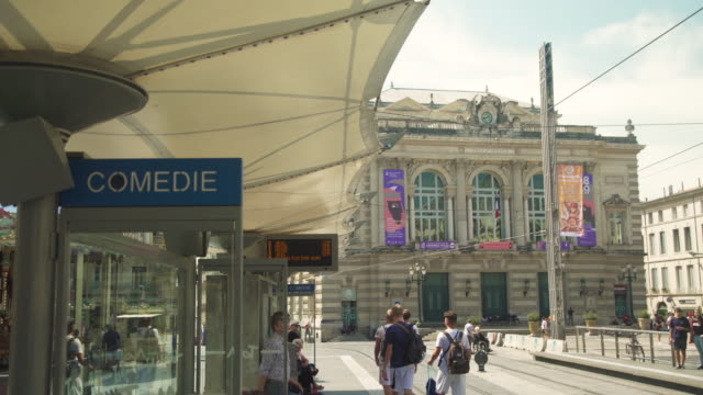 vidéos et rushes de comedie square banner at tramway station, montpellier, france - tramway