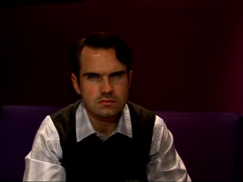 jimmy carr interview; - on doing '8 out of 10 cats' and 'qi'. - on his performances and appearances in america. thinks it is pretty good here so not... - バンド アメリカ点の映像素材/bロール