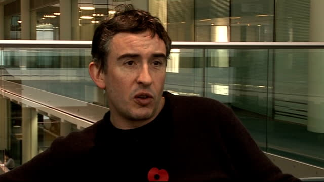 stockvideo's en b-roll-footage met steve coogan interview; - on his upcoming film hamlet 2 - a satire on inspirational teacher movies / his reaction to barack obama becoming us... - satire