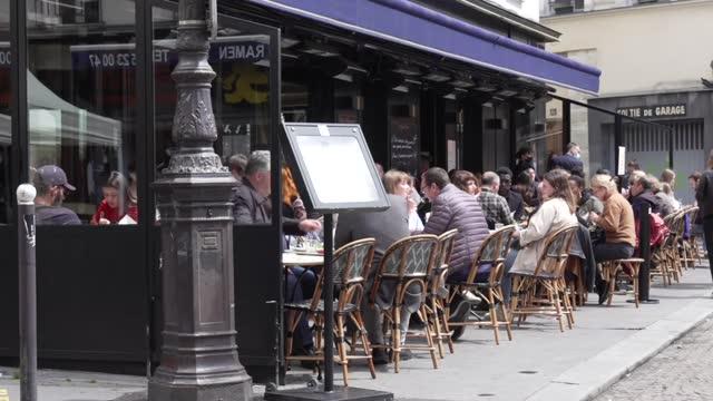 comer en la terraza de un restaurante, visitar un museo o ir al cine: los franceses recuperaron parte de su libertad perdida el miércoles, un alivio... - restaurante stock videos & royalty-free footage