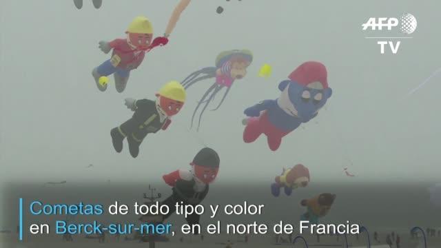 cometas de todo tipo tamano y color alzaron vuelo en la playa de berck en el norte de francia en la edicion numero 33 de un festival que reune a... - planeta stock videos & royalty-free footage