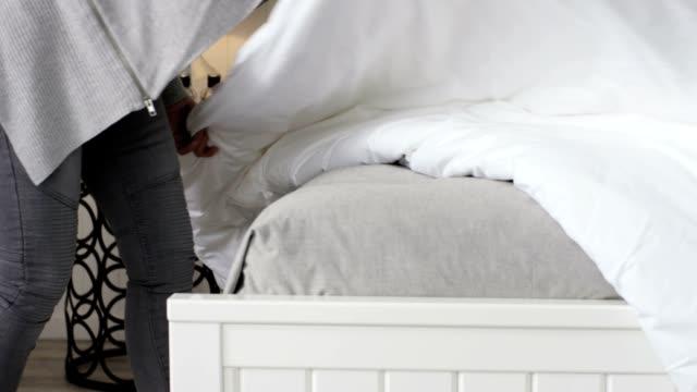 快適なベッドスローモーション - 片付いた部屋点の映像素材/bロール