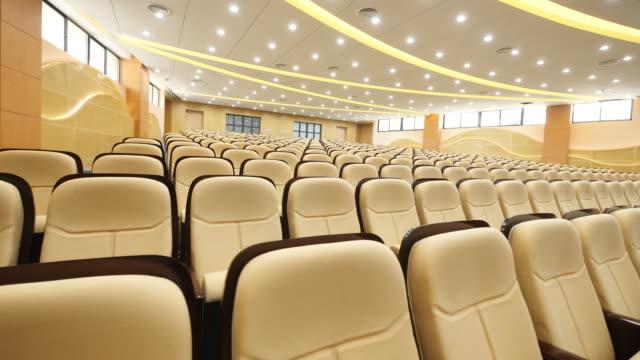 vidéos et rushes de chaises confortables dans la salle de conférence moderne de luxe - auditorium