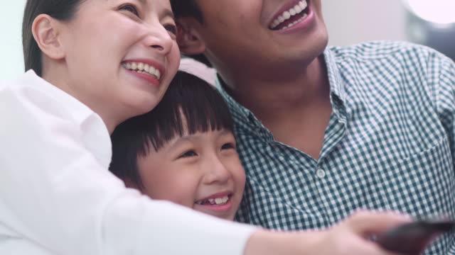 快適な家族と息子 - テレビのリモコン点の映像素材/bロール