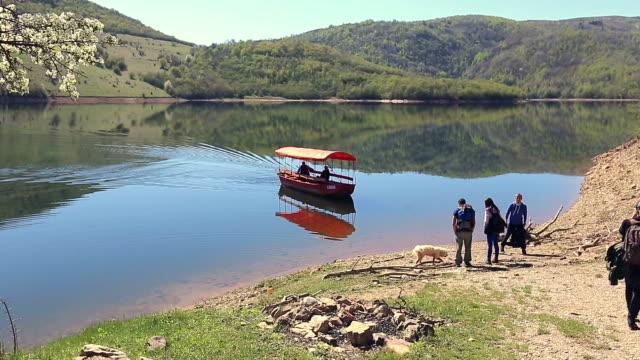 stockvideo's en b-roll-footage met komst boot - man met een groep vrouwen