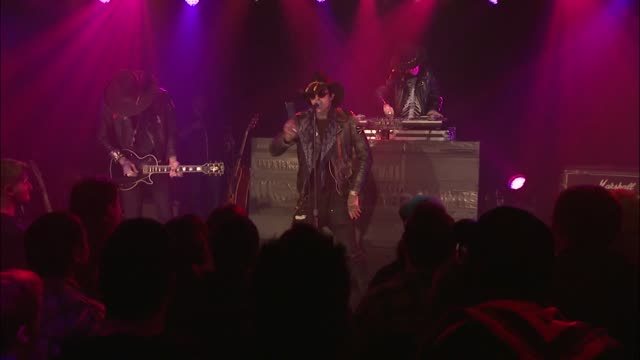 vídeos y material grabado en eventos de stock de coming from the deep south rapper yelawolf pumped up the crowd at jbtv with his performance of 'whiskey in a bottle' - montaje documental