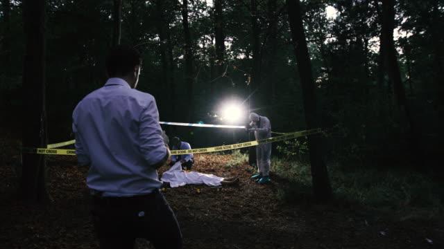 vidéos et rushes de venir à la scène du meurtre 4k - étendue sauvage scène non urbaine