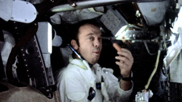 vídeos y material grabado en eventos de stock de commander alan shepard and ed mitchell putting on oxygen masks within apollo 14 capsule / alan shepard eating hot dog / stuart roosa wearing eye... - gravedad cero