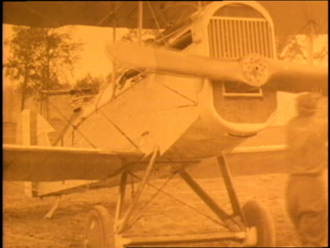 commander eddie rickenbacker flies the hat in the ring biplane of the 94th squadron - エディ リッケンバッカー点の映像素材/bロール