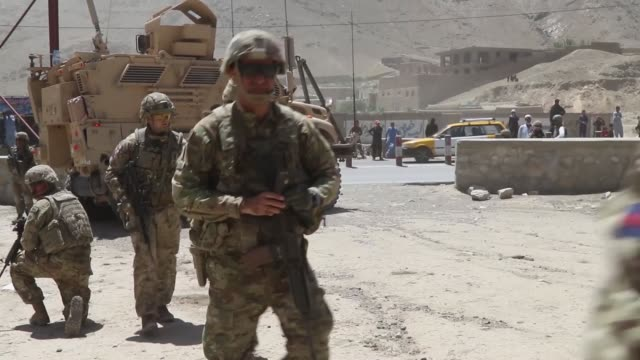 commander of kabul garrison command , alongside members of the kabul security force , including british army, ksf commander, australian army, and kgc... - britisches militär stock-videos und b-roll-filmmaterial