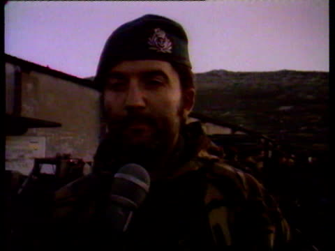 vidéos et rushes de commander rick jolly is interviewed / he talks about difficulty treating wounded with a makeshift medical facility but how they've been able to... - 1982