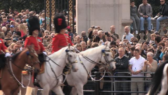 ms ts zo commanders riding on horseback at buckingham palace audio / london, united kingdom - arbetsdjur bildbanksvideor och videomaterial från bakom kulisserna