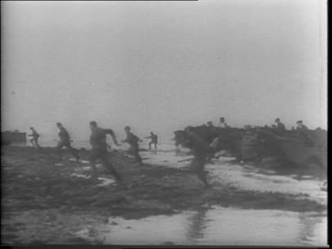 vidéos et rushes de commandos train for lighting raid against nazis in france / commandos in small boats rehearsing / view of invasion barges / men in boat fire rifles /... - seconde guerre mondiale