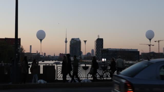 vídeos de stock, filmes e b-roll de commemorating 25 years fall of the wall in berlin in germany - east berlin