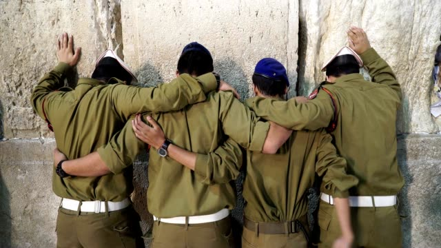 commemorating the 50th anniversary of the six day war resulting in unification of the city under israeli control these soldiers pray at the wailing... - sechstagekrieg stock-videos und b-roll-filmmaterial