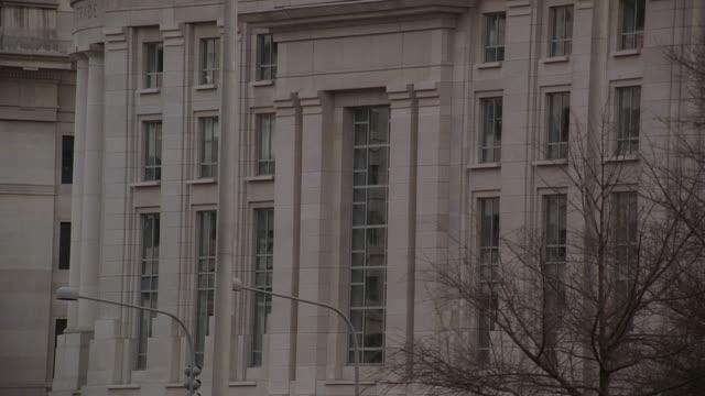 vídeos de stock, filmes e b-roll de pan commerce building with traffic and old post office on pennsylvania avenue / washington, d.c., united states - pennsylvania avenue